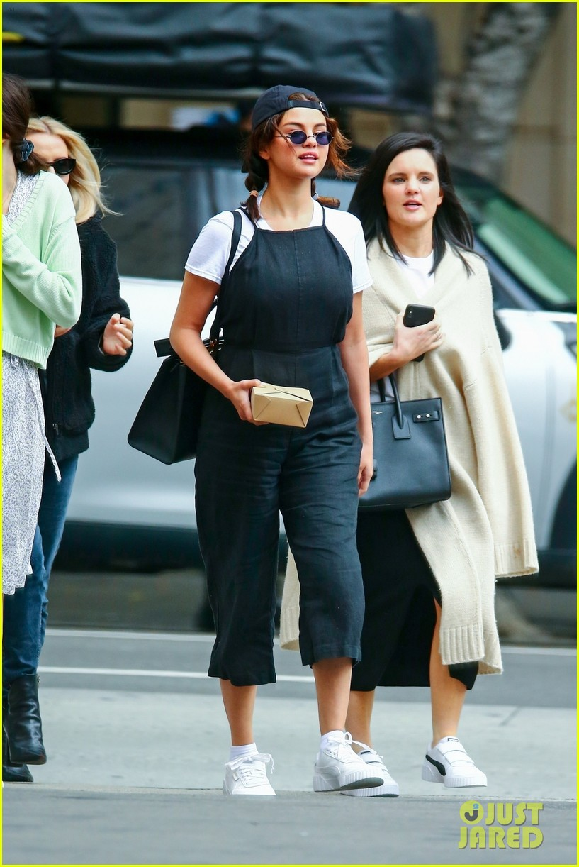 selena gomez meets up with friends for lunch 02