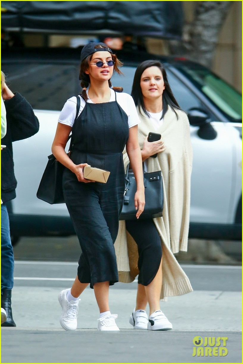 selena gomez meets up with friends for lunch 11