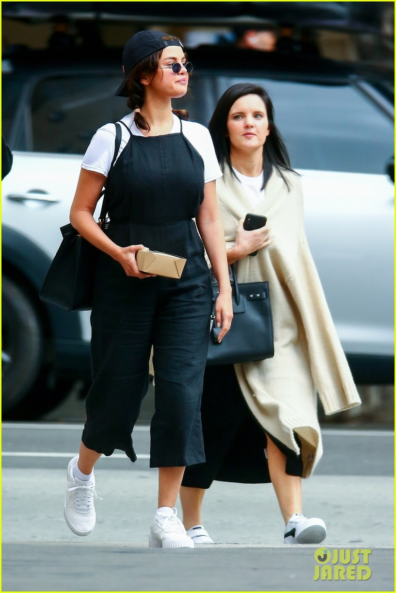 selena gomez meets up with friends for lunch 12
