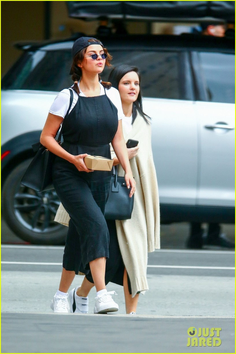 selena gomez meets up with friends for lunch 14