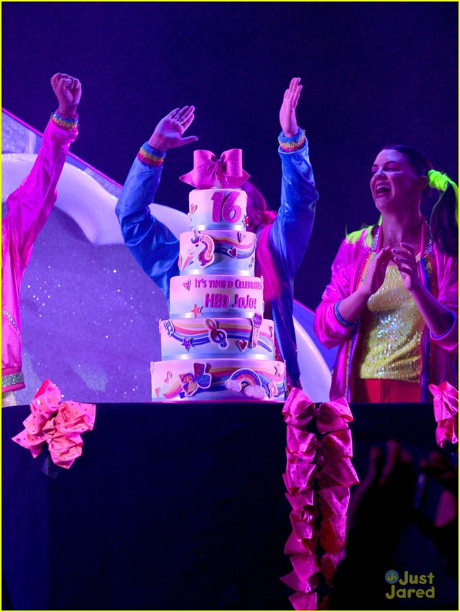d2e07062e3f27 JoJo Siwa Threw The Sparkliest Birthday Party on Stage During ...