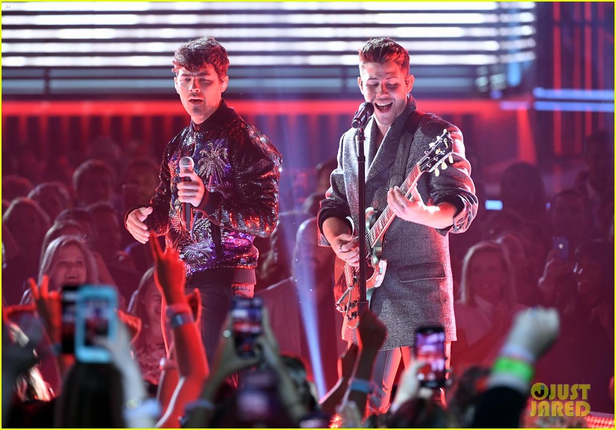 jonas brothers perform sucker at billboard music awards 2019 23