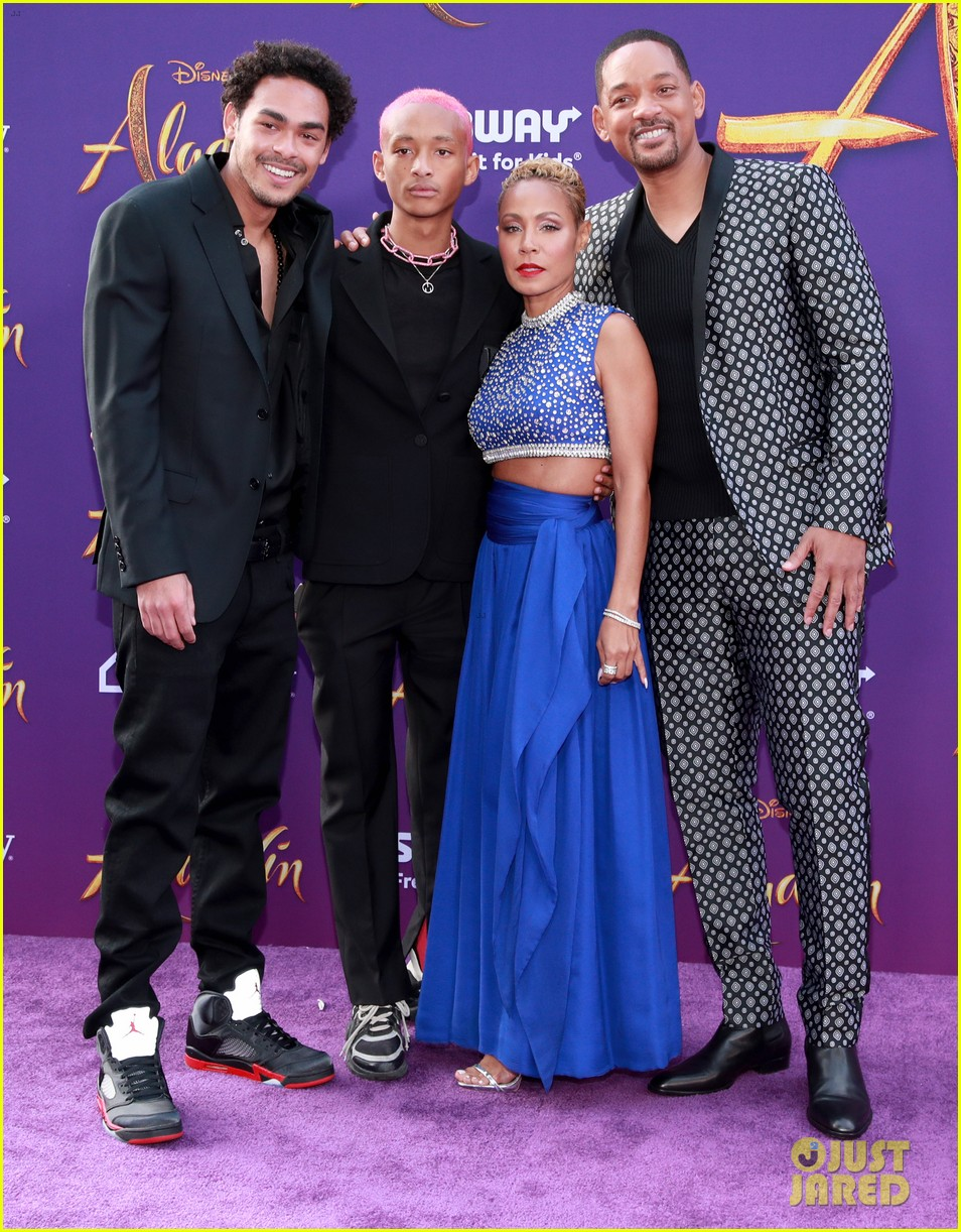 will smith is joined by his family at aladdin premiere 05
