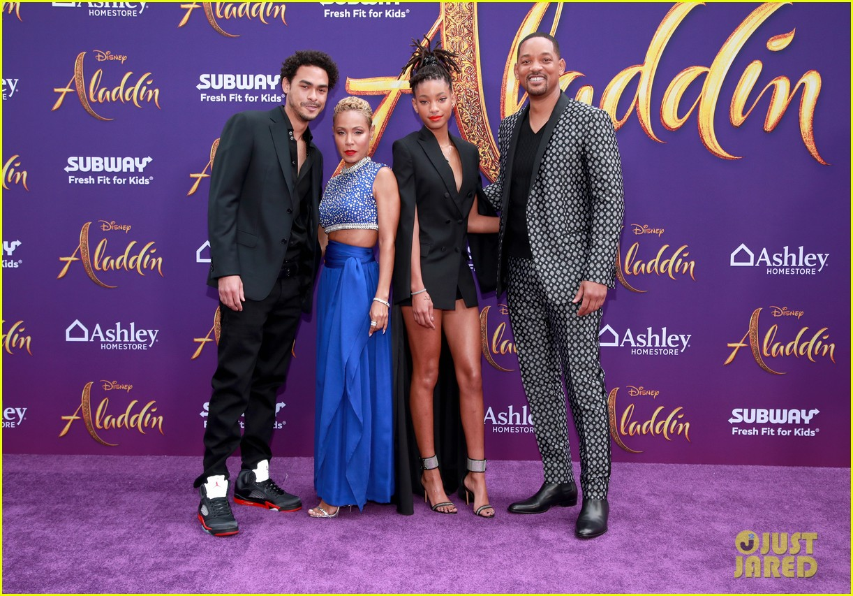will smith is joined by his family at aladdin premiere 07