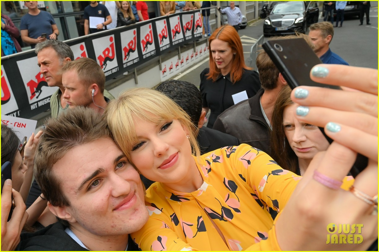 taylor swift nrj studios paris 38