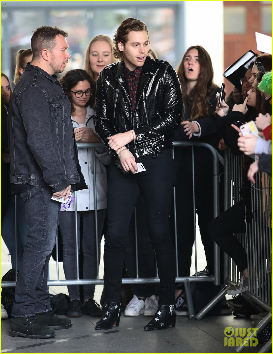 5 seconds of summer meet fans outside radio station 03
