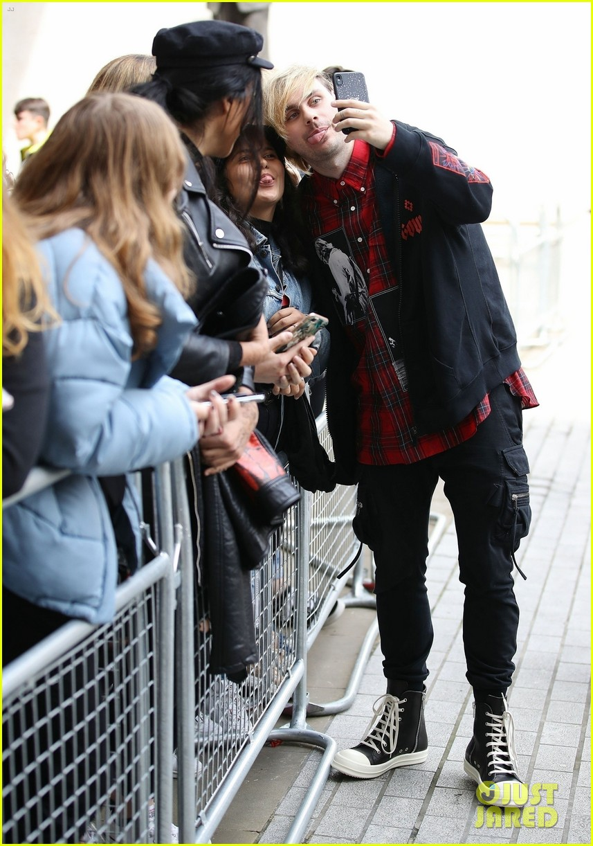 5 seconds of summer meet fans outside radio station 04