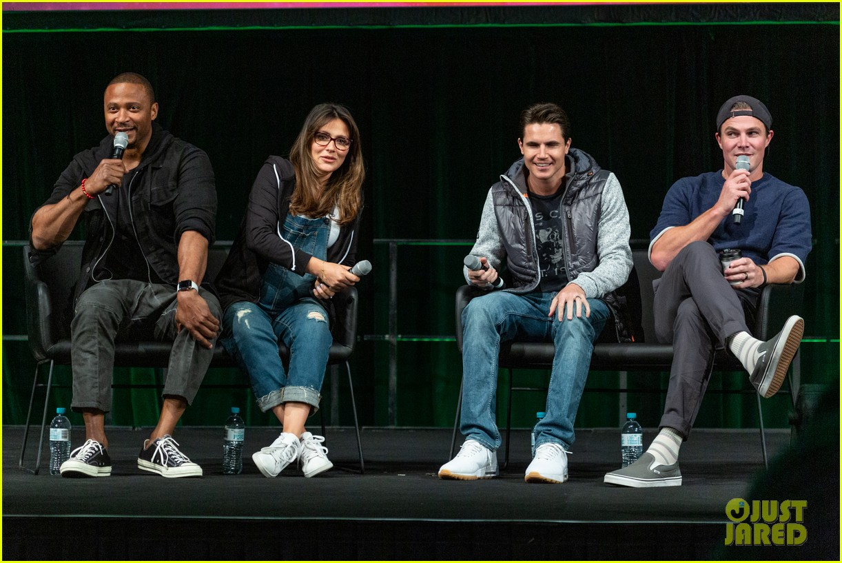 stephen robbie amell attend supanova expo together 01