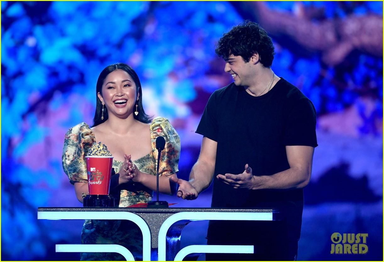 noah centineo thanks lana condors lips for best kiss award mtv awads 2019 01