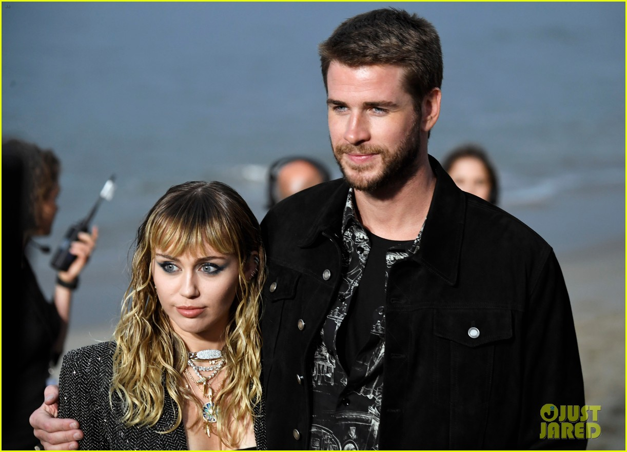 miley cyrus liam hemsworth saint laurent show 07