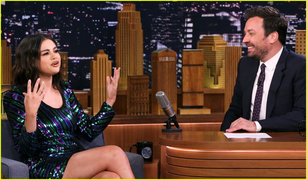 selena gomez jimmy fallon eat hot wings 01