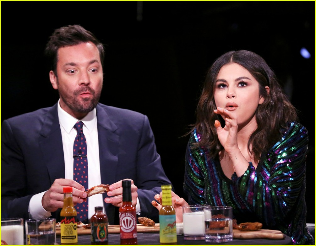 selena gomez jimmy fallon eat hot wings 02