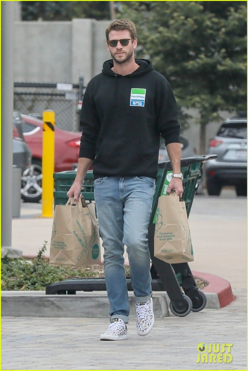liam hemsworth rocks printed sneakers for lunch with his family 01