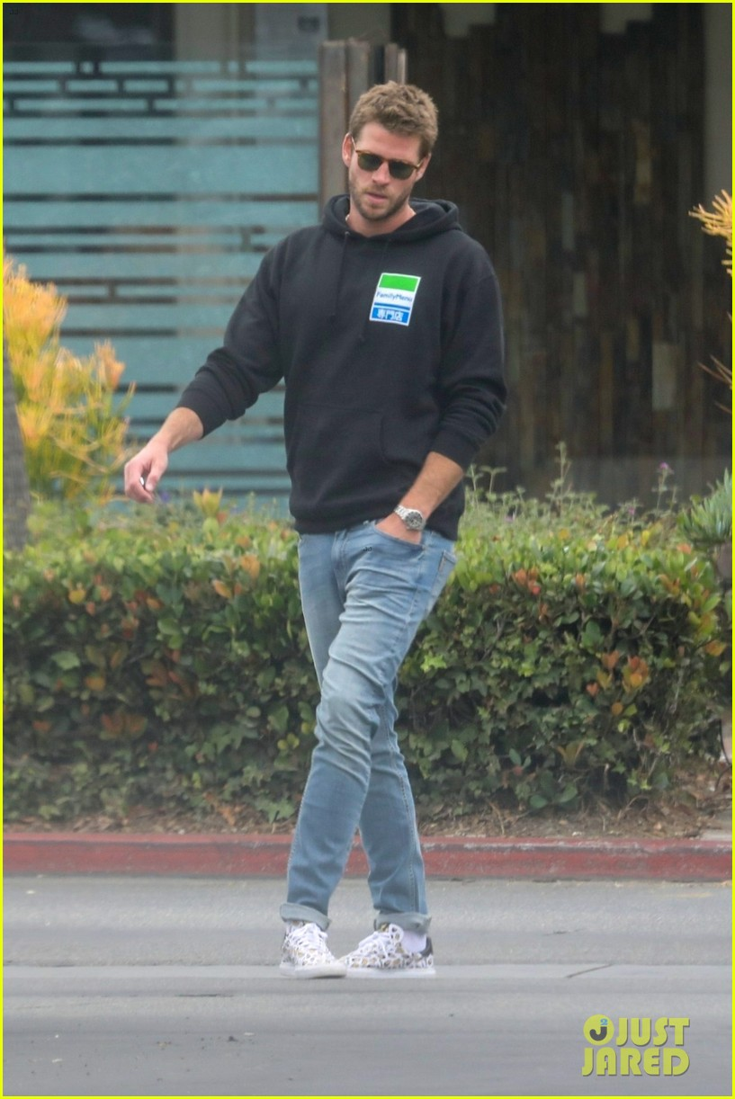 liam hemsworth rocks printed sneakers for lunch with his family 04
