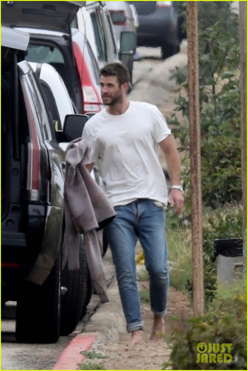 liam hemsworth strips out of his wetsuit after surfing 05