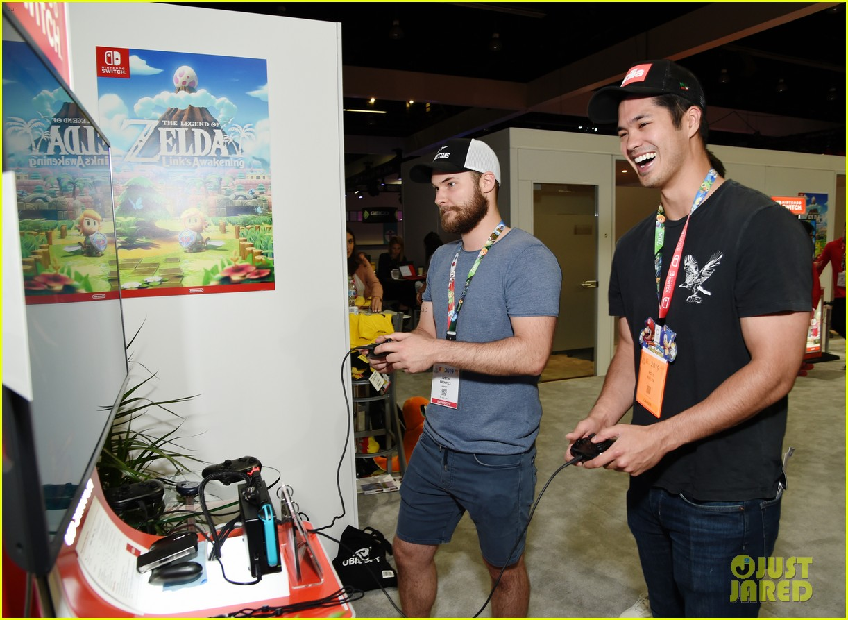 ross butler meets up with 13 reasons why costarsat e3 convention 12