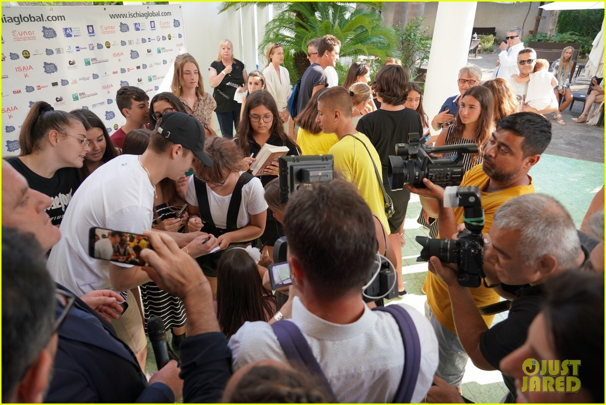 hero ft zoey deutch nat alex wolff ischia photocall 04