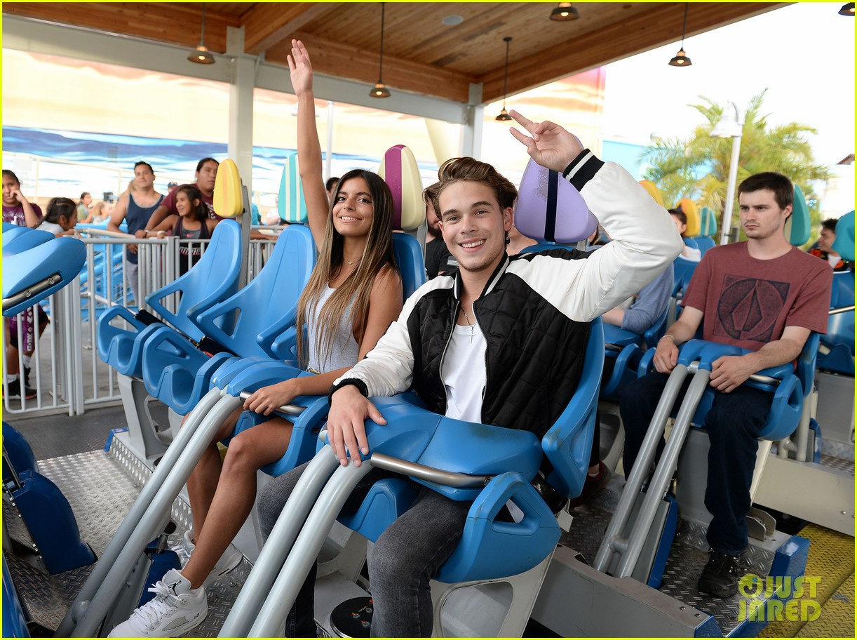 ricardo hurtado shows off muscles at knotts berry farm summer nights 03