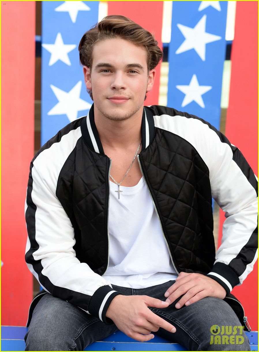 ricardo hurtado shows off muscles at knotts berry farm summer nights 12