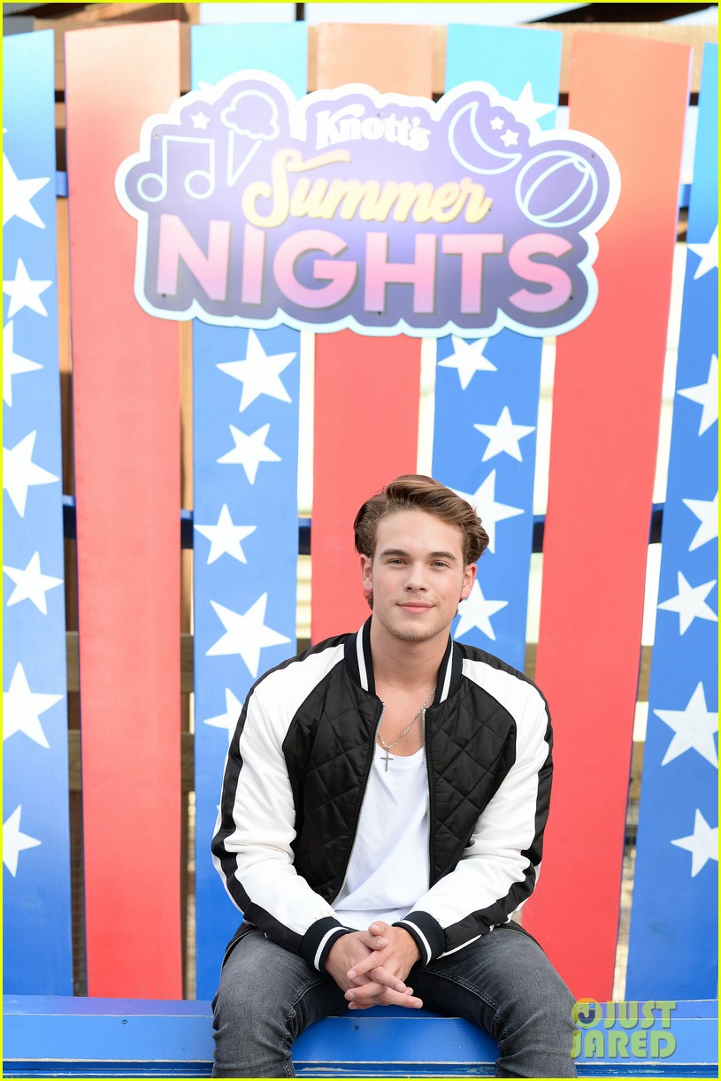 ricardo hurtado shows off muscles at knotts berry farm summer nights 13