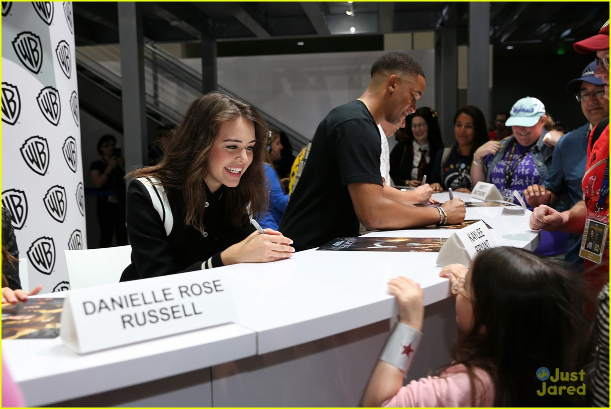 legacies cast signing pics sdcc 02