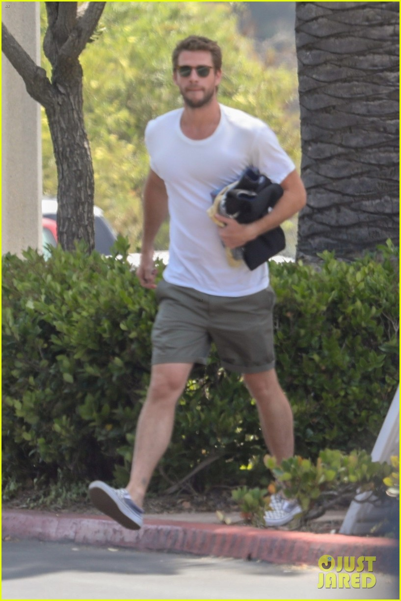 liam hemsworth rushes to the store 01