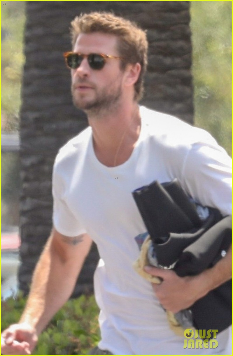 liam hemsworth rushes to the store 02