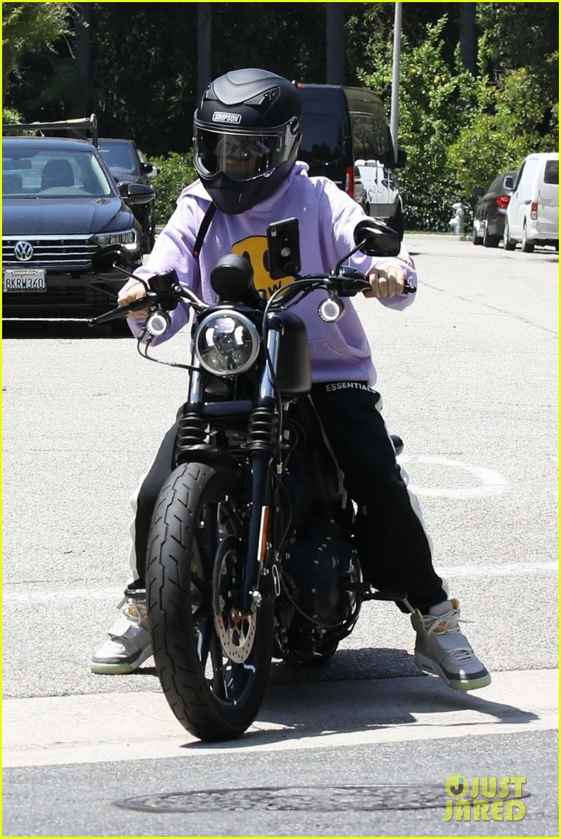 Hailey Bieber Heads To Yoga While Husband Justin Rides His Motorcycle in LA | hailey bieber justin bieber sep errands la 03 - Photo