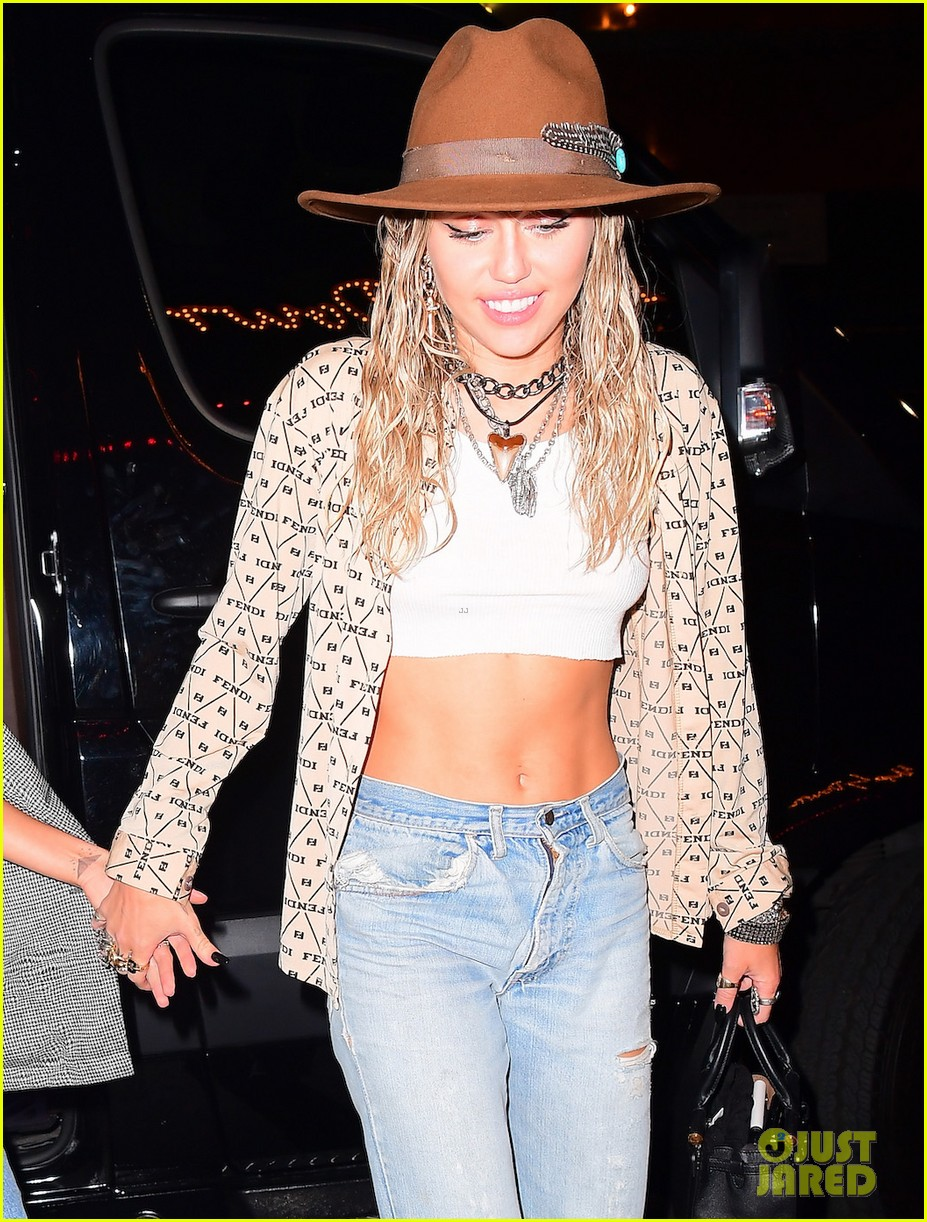 miley cyrus kaitlynn carter couple up for vma party 02
