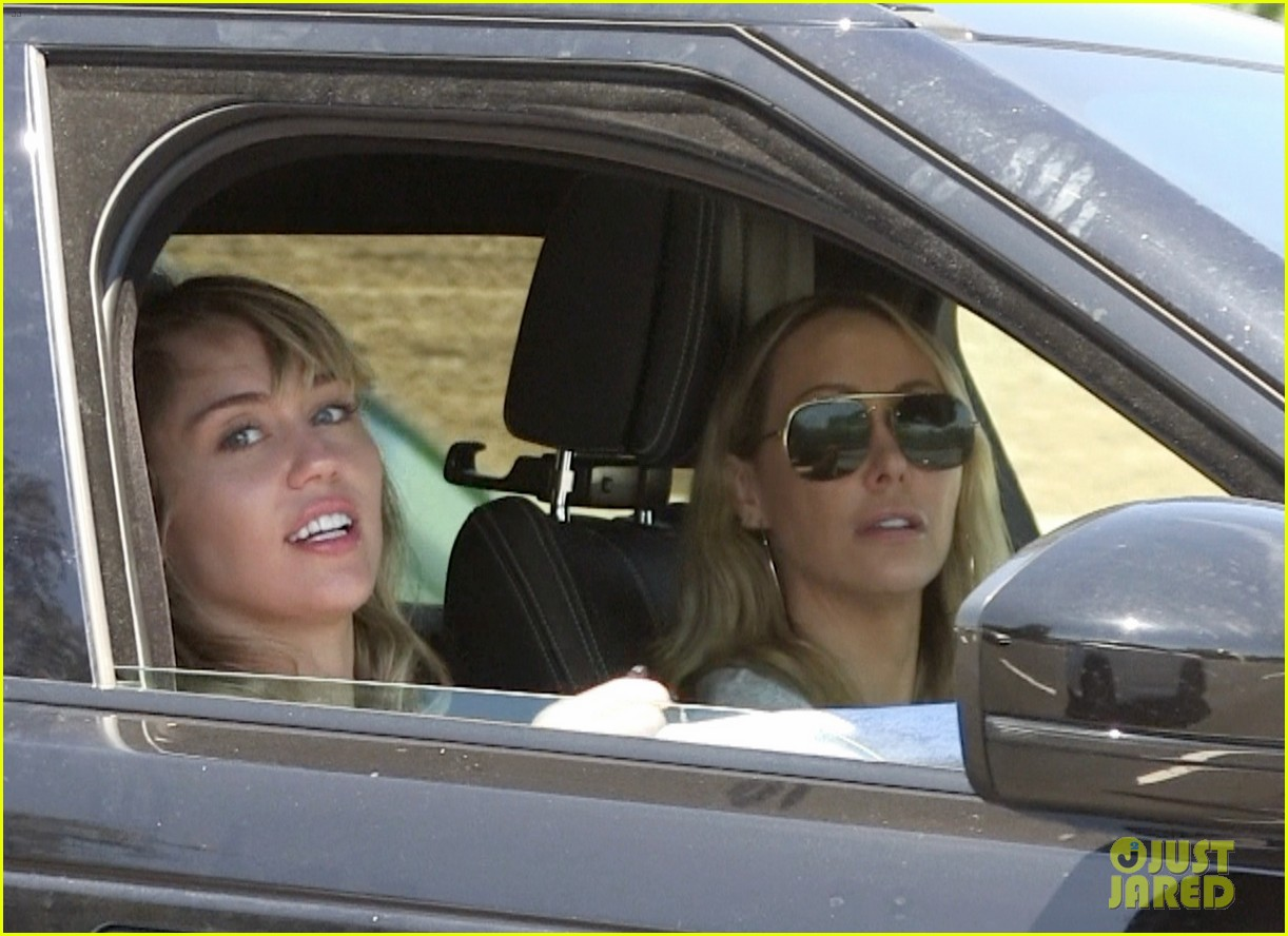 miley cyrus spends the day with kaitlynn carter her mom 10
