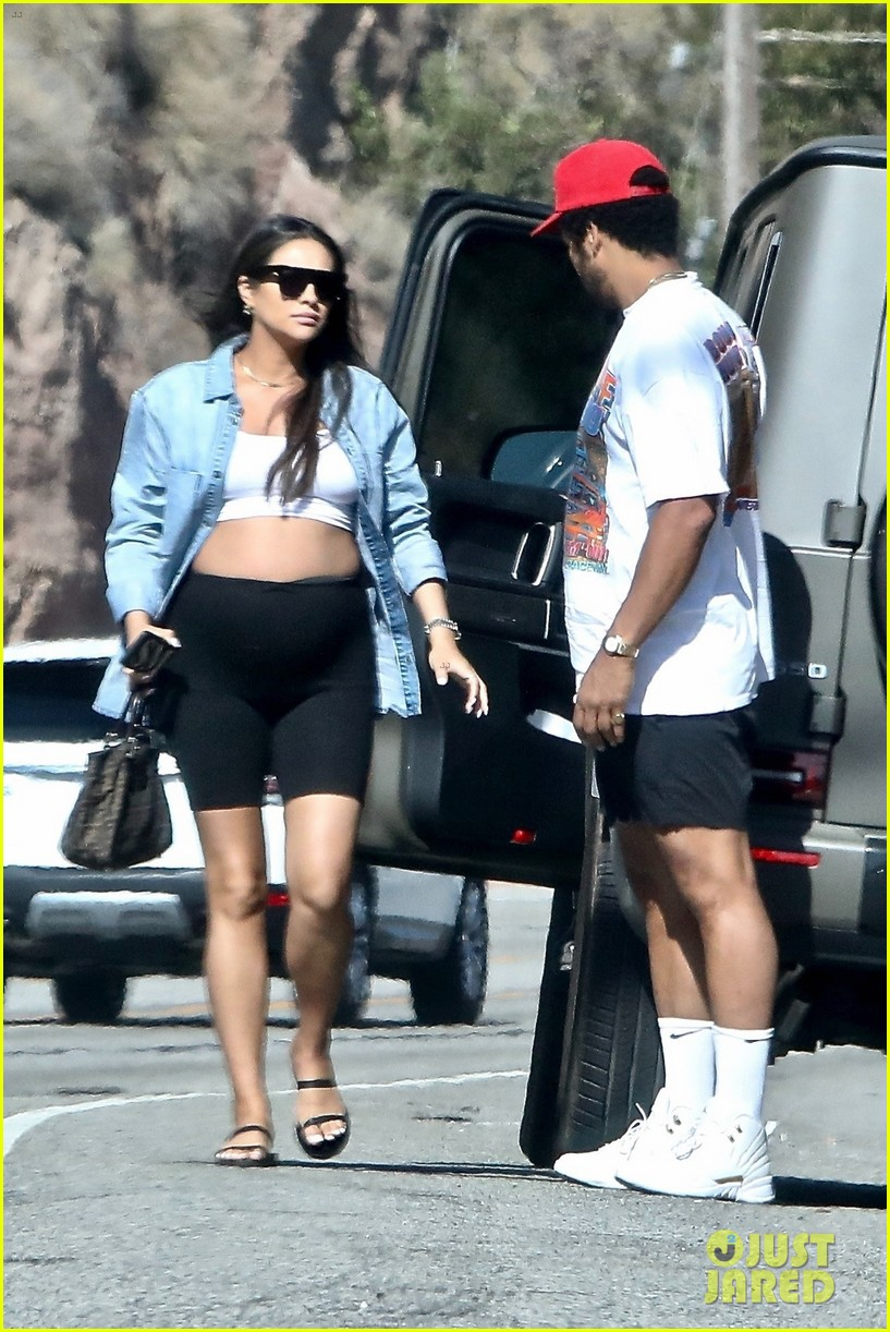 pregnant shay mitchell at bbq with matte babel 05