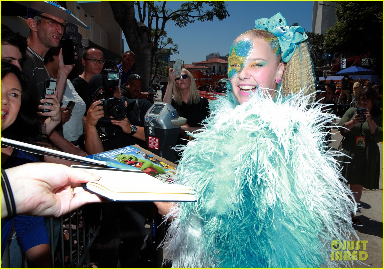 jojo siwa covered in feathers angry birds movie 2 premiere 05