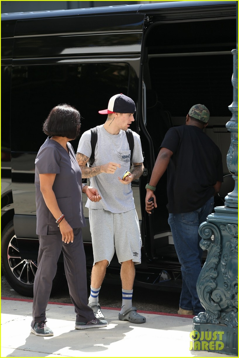 justin bieber wears all gray with crocs while running errands 05