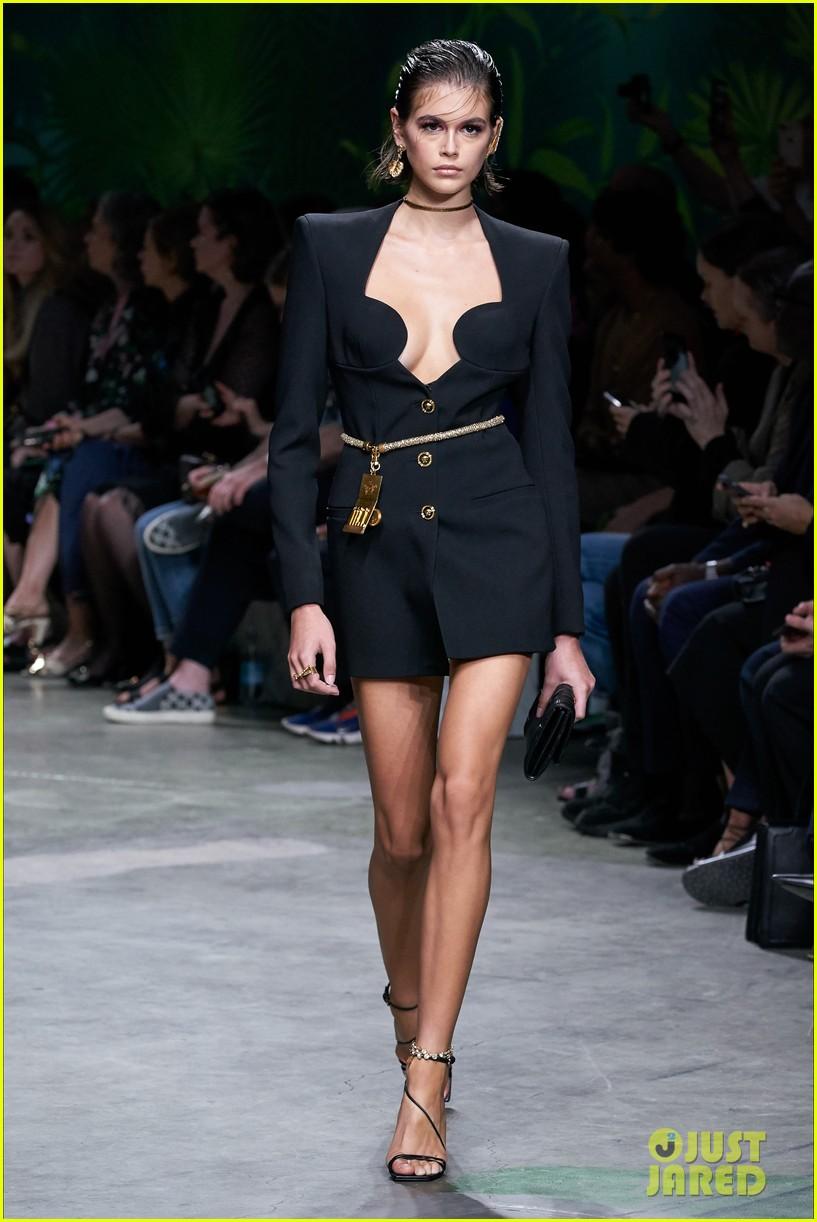 gigi bella hadid versace runway show 03