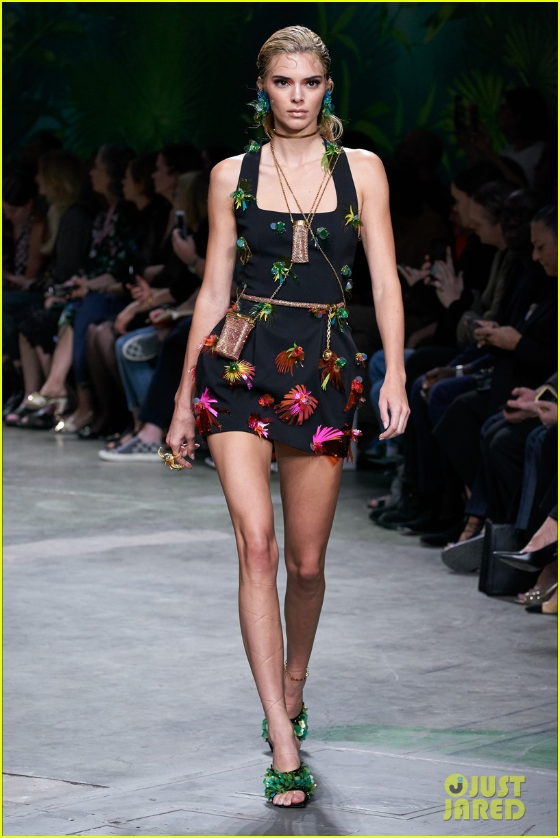 gigi bella hadid versace runway show 05
