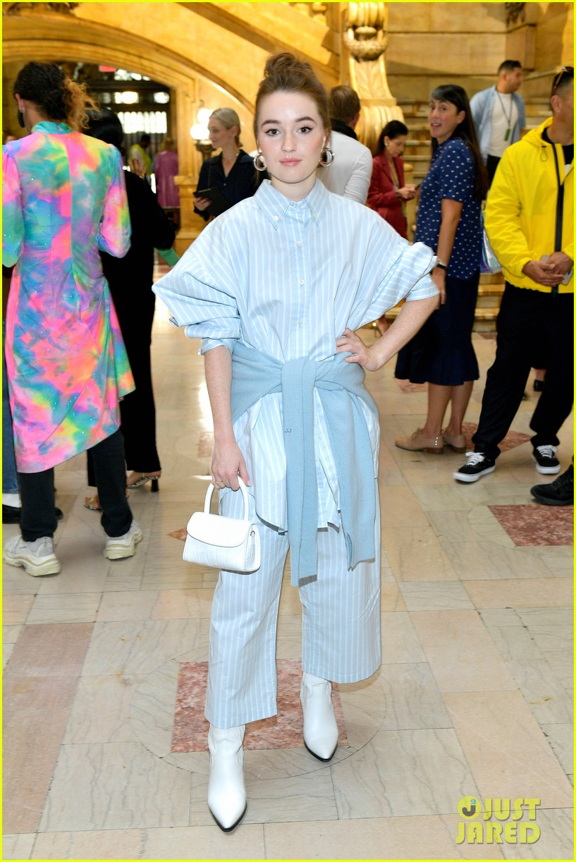 kaitlyn dever brings the perfect bag to fashion week 04