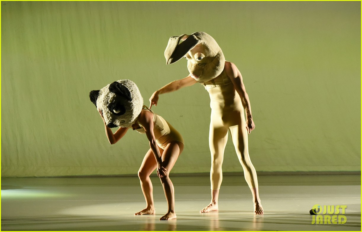 maddie ziegler reunites with sia tour dancers for special performance 09