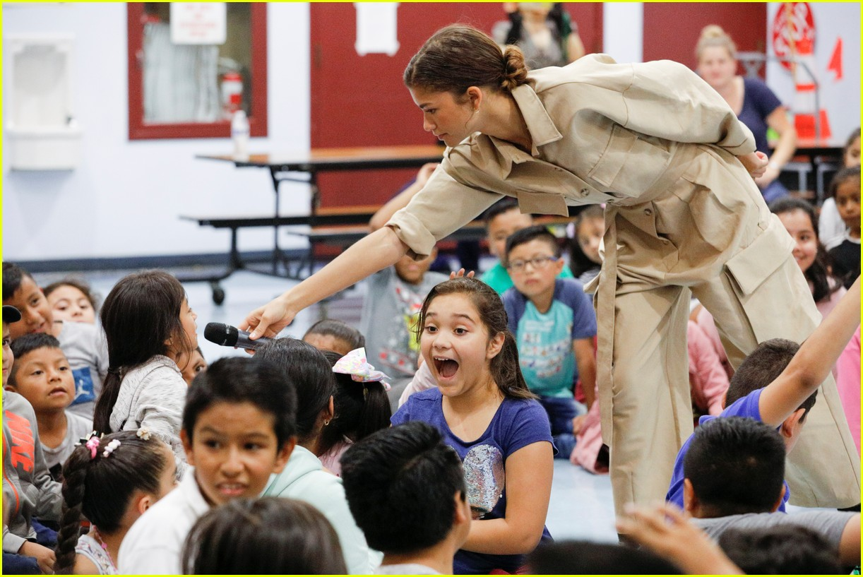 zendaya helps donate school supplies to 450 oakland students 08