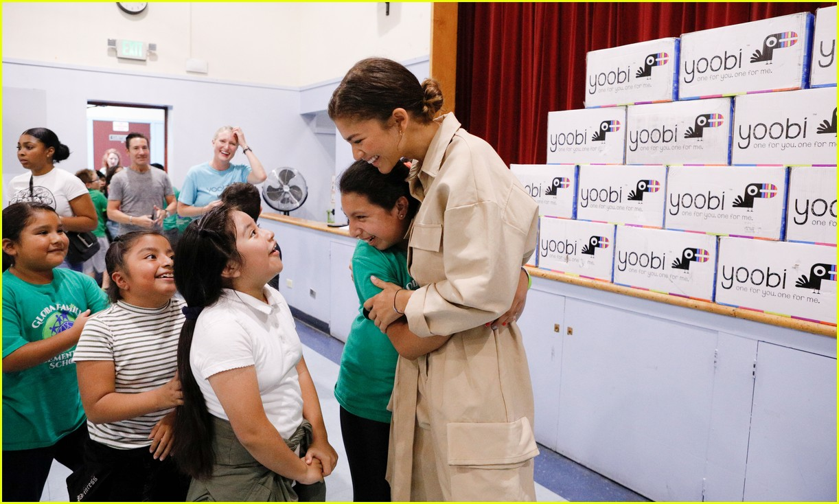 zendaya helps donate school supplies to 450 oakland students 12