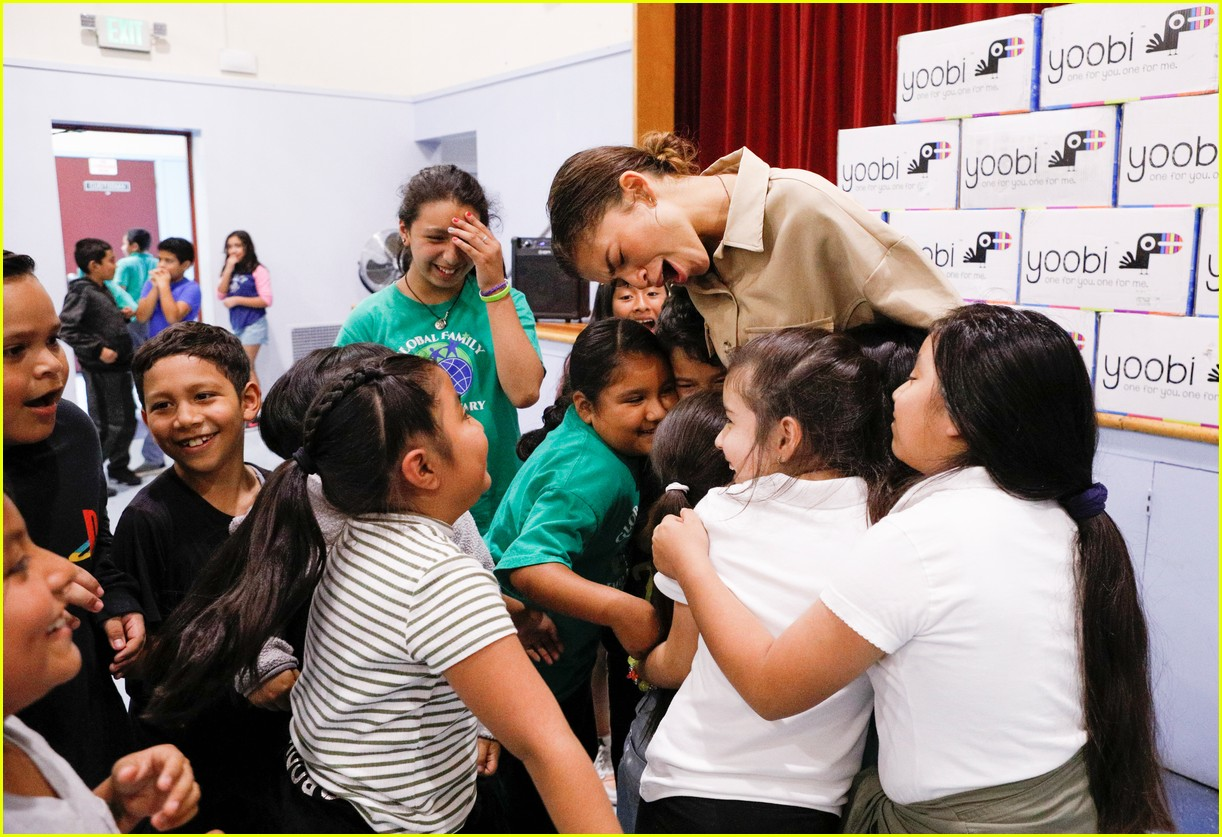 zendaya helps donate school supplies to 450 oakland students 13