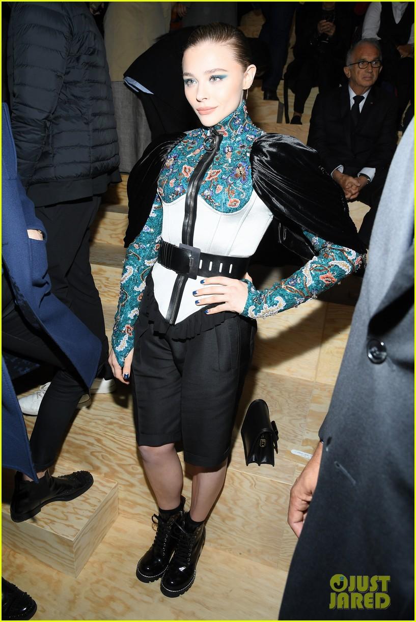 chloe moretz emma chamberlain lv fashion show paris 08