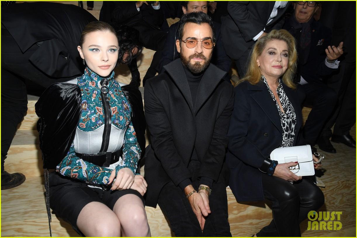 chloe moretz emma chamberlain lv fashion show paris 15