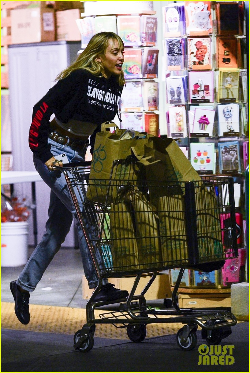 miley cyrus has some fun on grocery run ahead of the weekend 01
