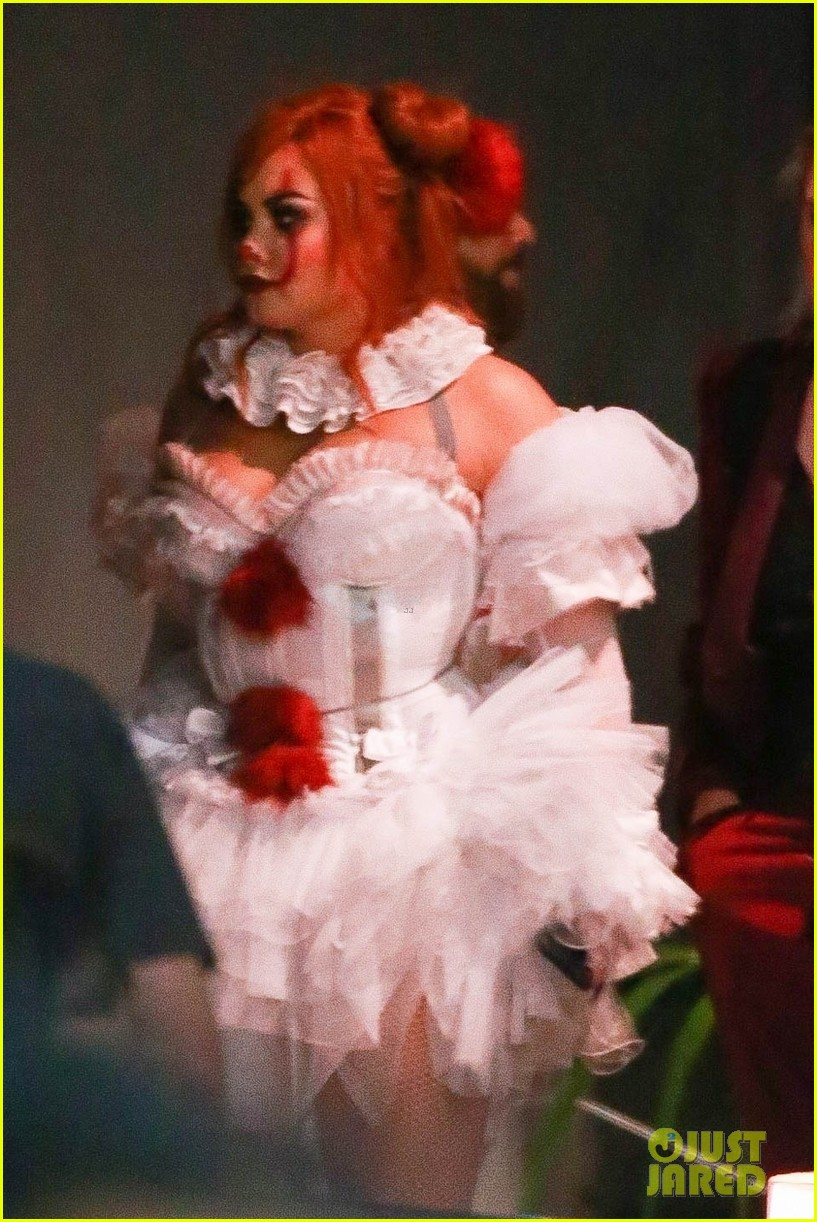 demi lovato dresses as pennywise the clown for her halloween party 02