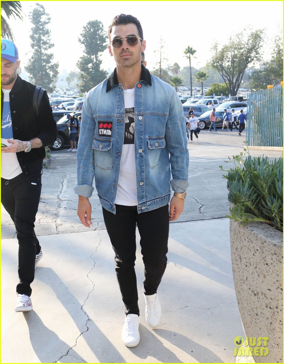 joe jonas dodgers game diplo 03