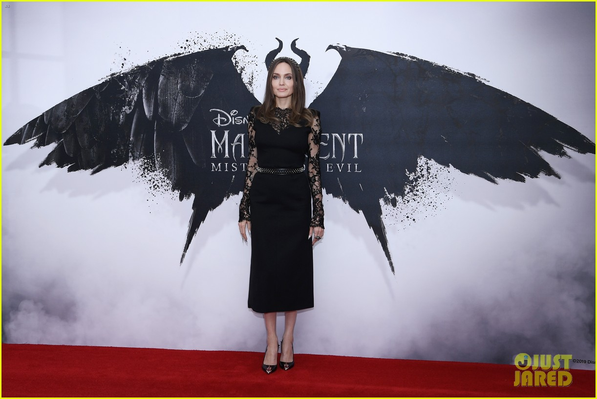 elle fanning angelina jolie maleficent photocall london 02