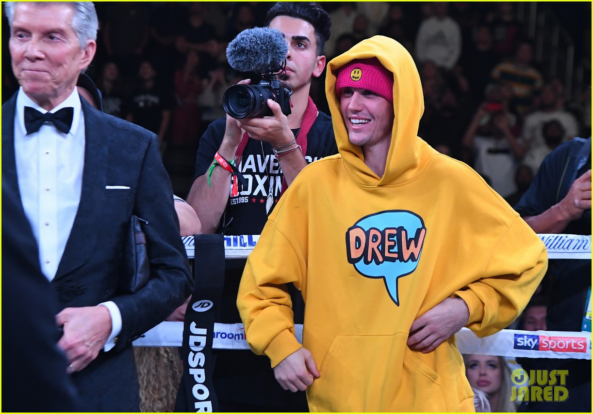 Hailey & Justin Bieber Grab Lunch Before Logan Paul Boxing Match   justin bieber cheers on logan paul at staples center 03 - Photo