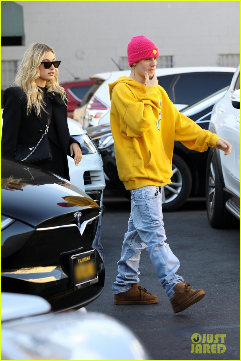 Hailey & Justin Bieber Grab Lunch Before Logan Paul Boxing Match   justin bieber cheers on logan paul at staples center 05 - Photo