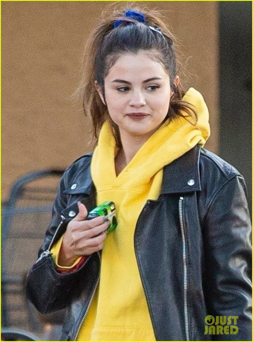 selena gomez impromptu photo shoot with friends in la 04