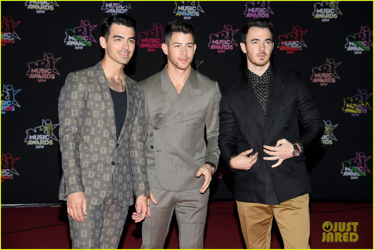 jonas brothers buddy up for nrj music awards in cannes 03
